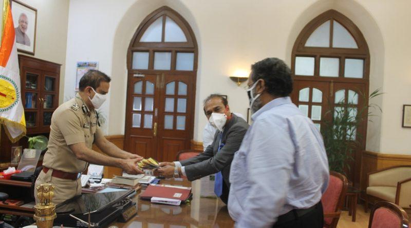 Viraj Profiles donates 40,000 nose masks to Mumbai Police to fight COVID-19